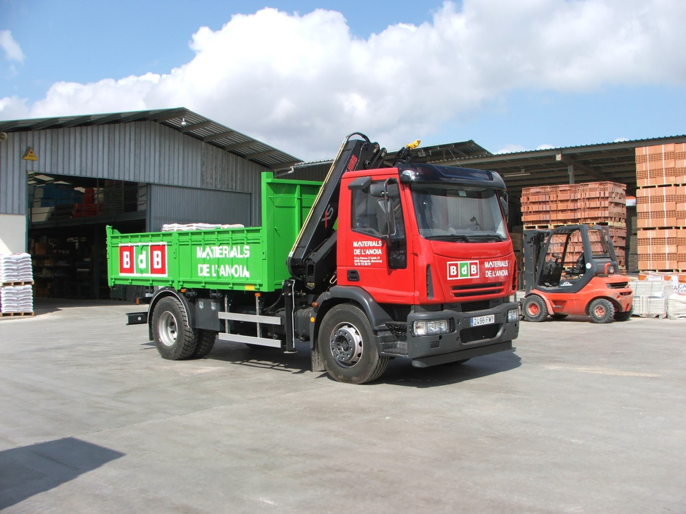 Servei de transport amb camions propis de Materials de l'Anoia