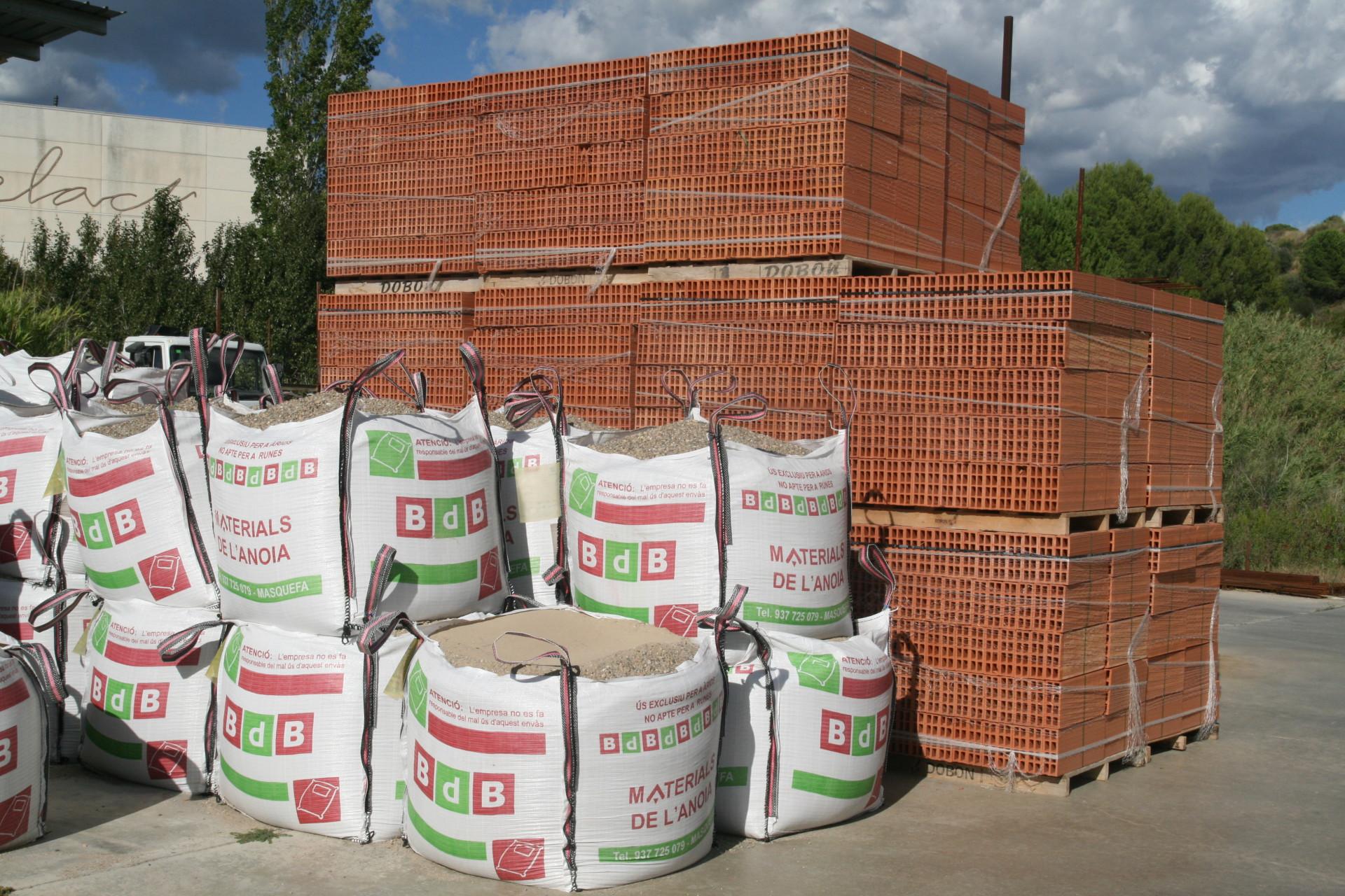 Estoc permanent materials de la construcció al magatzem Materials de l'Anoia
